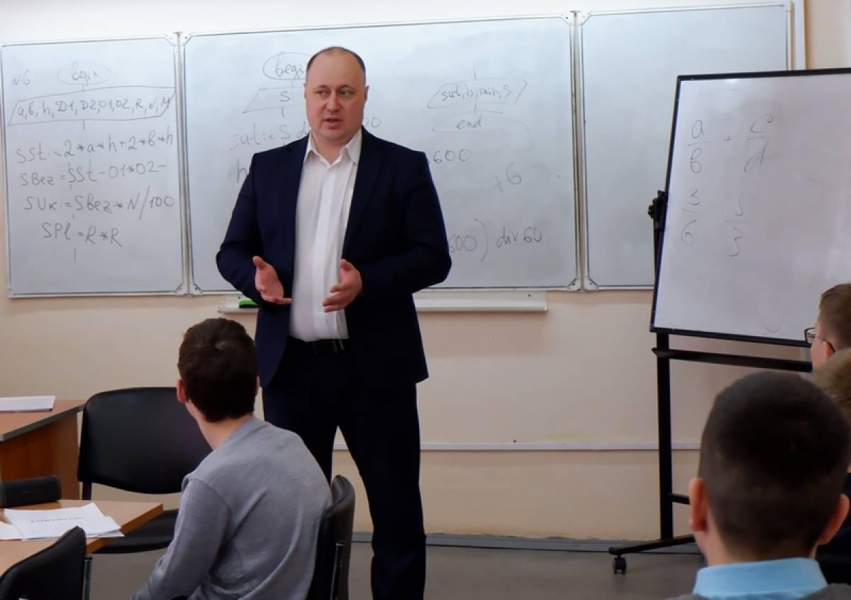 Открытый урок для школьников в Озерске провел председатель Собрания депутатов городского округа