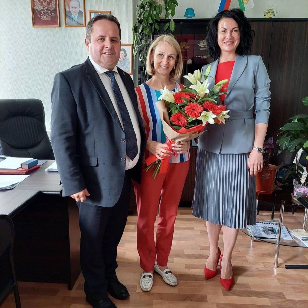 Партийцы Металлургического района поздравили сотрудников социальной защиты с профессиональным праздником