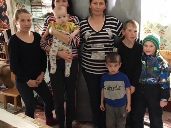 Депутаты сделали подарок многодетной семье из деревни Болотово