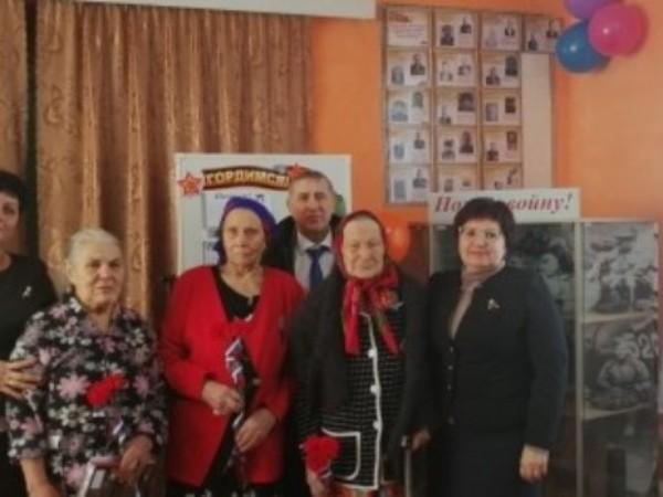 Партийцы вручают ветеранам памятные медали